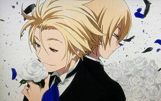 白いバラをかいでいる少年と背を向けている少年